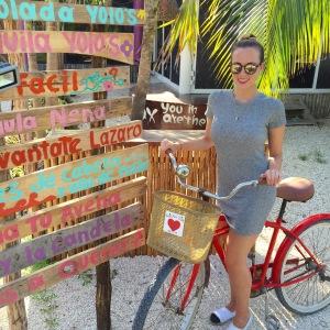 mit dem Rad an der Promenade in Tulum entlang fahren